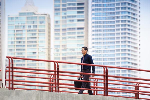 Chinês asiático trabalhador de escritório caminhada pendulares trabalhar Foto stock © diego_cervo