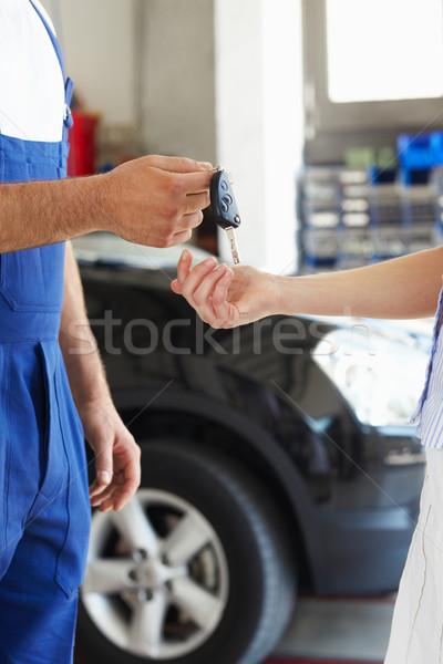 Stok fotoğraf: Mekanik · görmek · araba · anahtarları · kadın · müşteri · kadın