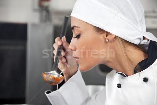 Stockfoto: Chef · vrouwelijke · proeverij · tomatensaus · exemplaar · ruimte · werken