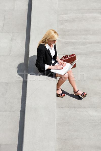 Stockfoto: Zakenvrouw · met · behulp · van · laptop · buitenshuis