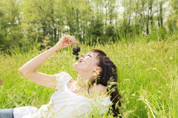 Weide mooi meisje gras eten zwarte Stockfoto © diego_cervo