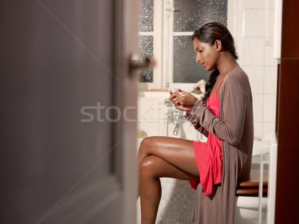 Heureux femme test de grossesse jeune femme salle de bain Photo stock © diego_cervo