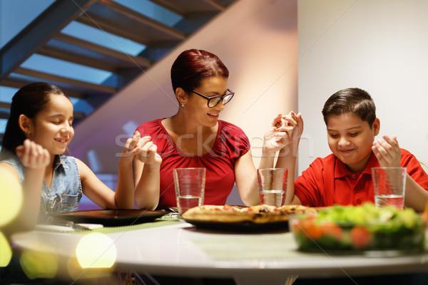 Diner home gelukkig gezin bidden eten latino Stockfoto © diego_cervo