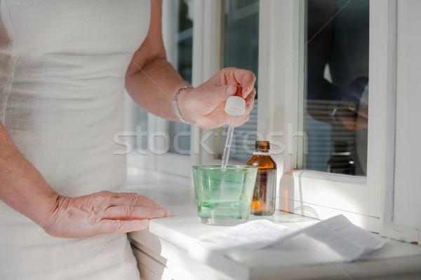 Stok fotoğraf: Sağlık · Yaşlı · kadın · reçeteli · ilaçlar · içme · insanlar