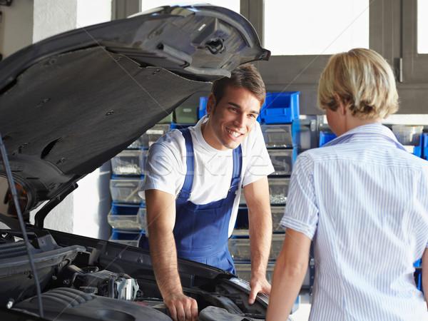 Monteur praten vrouwelijke cliënt auto reparatie Stockfoto © diego_cervo
