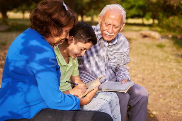 Opa oma helpen kleinzoon huiswerk grootouders Stockfoto © diego_cervo