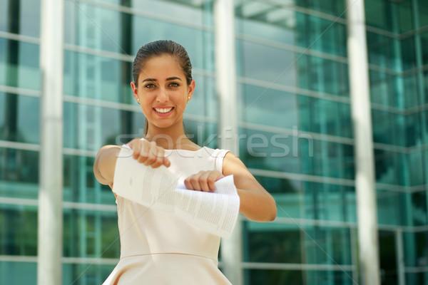 Jóvenes mujer de negocios lágrimas contrato sonriendo Foto stock © diego_cervo