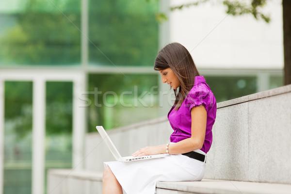 Femme d'affaires utilisant un ordinateur portable extérieur femme d'affaires ordinateur espace de c Photo stock © diego_cervo
