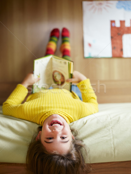 Photo stock: Fille · lecture · livre · lit · enfants · enfant