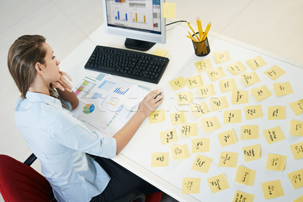 Przyczepny zauważa zmęczony business woman tabeli Zdjęcia stock © diego_cervo