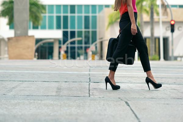 Mulher de negócios pendulares escritório andar ver caminhada Foto stock © diego_cervo