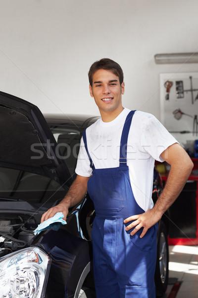 Szerelő takarítás autó gép néz kamera Stock fotó © diego_cervo