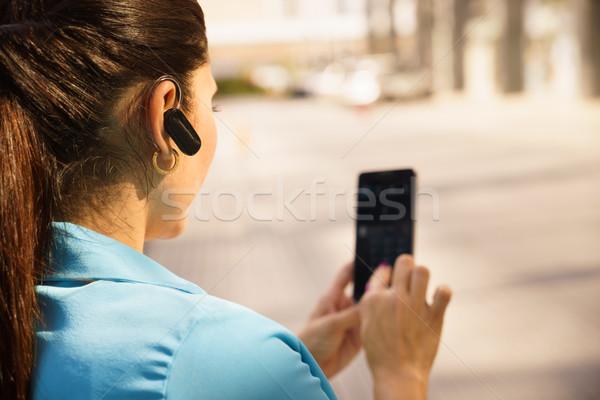 Mulher de negócios telefonema bluetooth dispositivo adulto Foto stock © diego_cervo