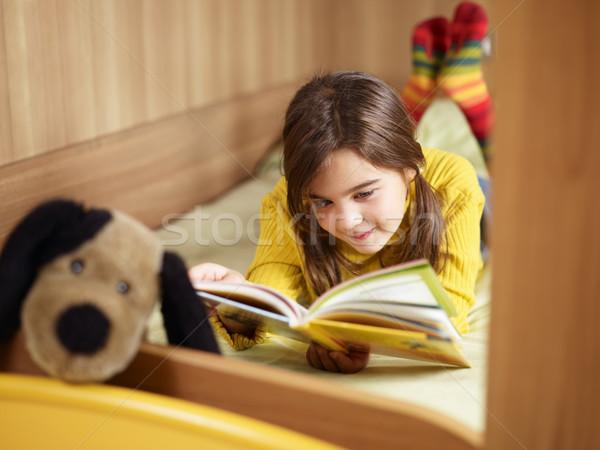 Kız okuma kitap yatak bo köpek Stok fotoğraf © diego_cervo