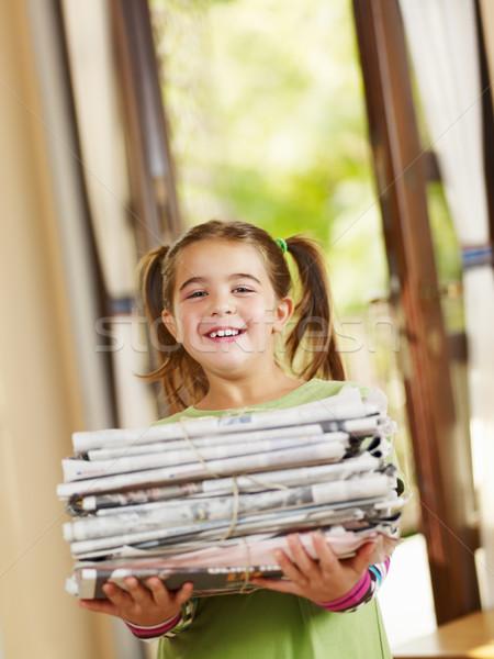 Kız geri dönüşüm gazeteler bakıyor kamera Stok fotoğraf © diego_cervo
