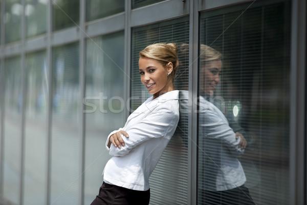 Vrouw kantoorgebouw venster volwassen kaukasisch Stockfoto © diego_cervo