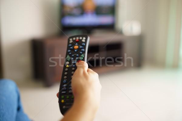 Vrouw vergadering kijken tv kanaal afstandsbediening Stockfoto © diego_cervo