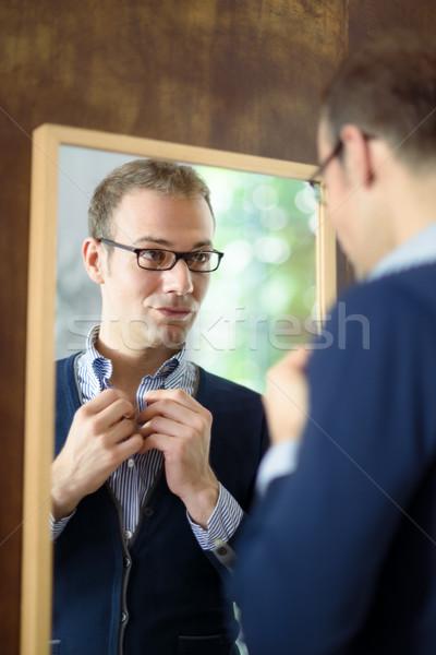 Foto stock: Joven · aderezo · hasta · mirando · espejo · retrato