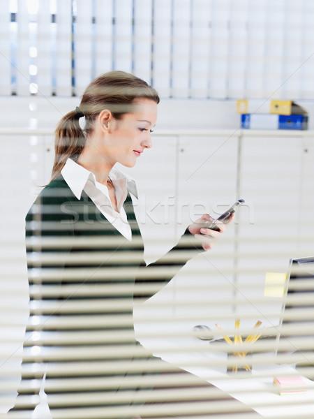 Mobiele telefoon vrouw kantoor business telefoon technologie Stockfoto © diego_cervo