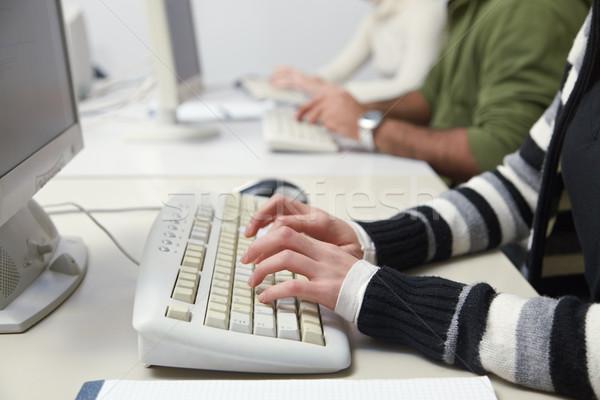Studenten typen toetsenbord computer klasse Stockfoto © diego_cervo