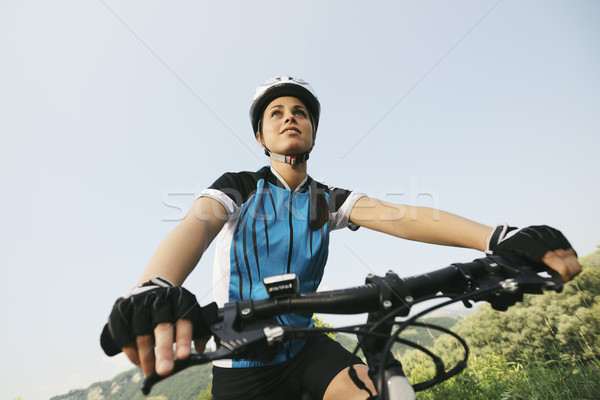 Mulher jovem treinamento mountain bike ciclismo parque cópia espaço Foto stock © diego_cervo
