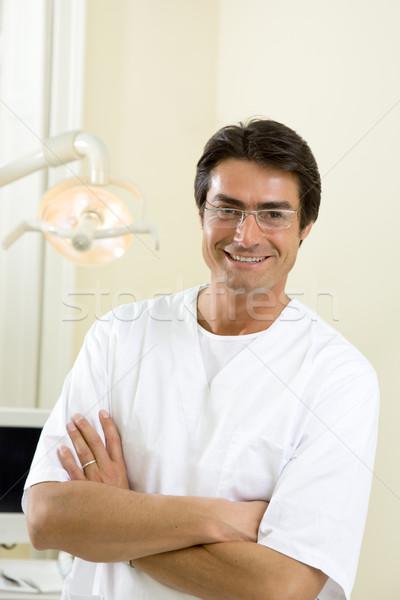 Foto d'archivio: Dentista · braccia · piegato · sorridere · piedi · ufficio