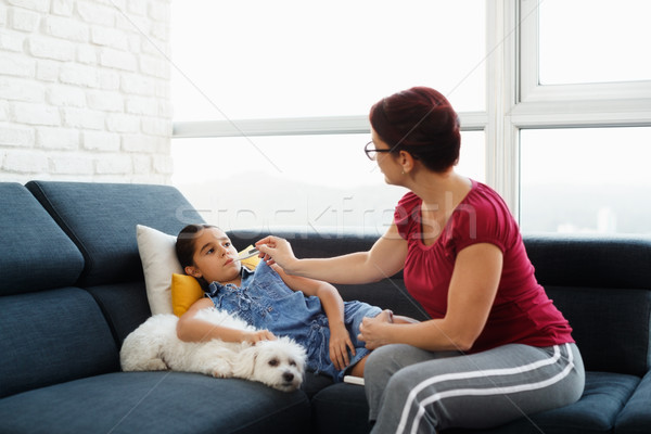 Anya hőmérséklet beteg lánygyermek hőmérő spanyol Stock fotó © diego_cervo