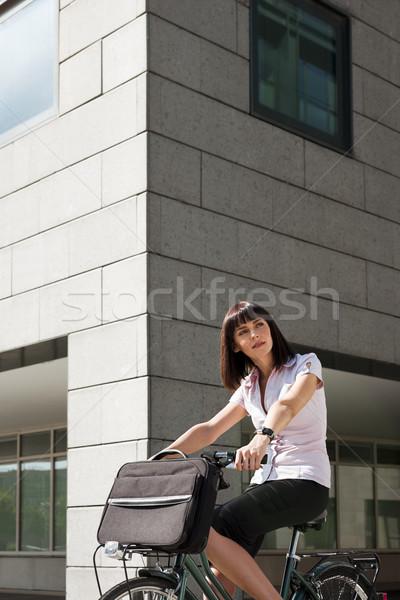 Nő lovaglás bicikli munka felnőtt kaukázusi Stock fotó © diego_cervo