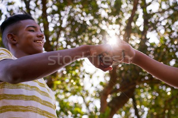 Zwart wit tieners handen racisme jeugdcultuur jongeren Stockfoto © diego_cervo
