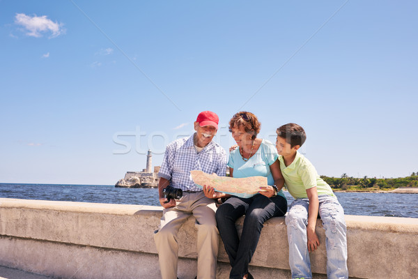 Famille grands-parents lecture touristiques carte Cuba Photo stock © diego_cervo