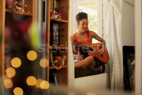 Foto stock: Mulher · negra · cantando · jogar · guitarra · casa · preto