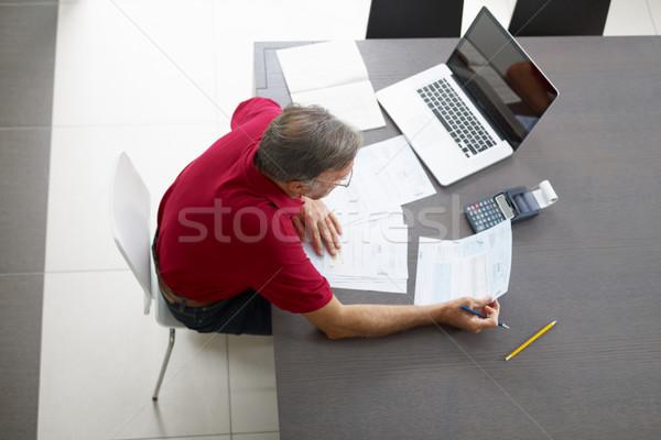 Idős férfi otthoni pénzügyek magasról fotózva kilátás számítógép Stock fotó © diego_cervo