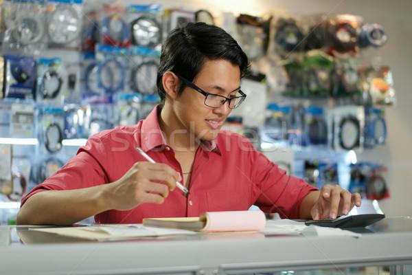 Kínai férfi dolgozik számítógép bolt számlák Stock fotó © diego_cervo