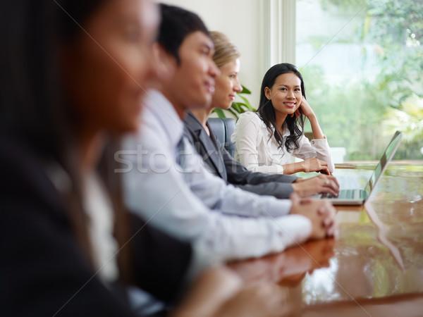 üzletemberek beszél tárgyalóterem nő mosolyog gyönyörű fiatal Stock fotó © diego_cervo