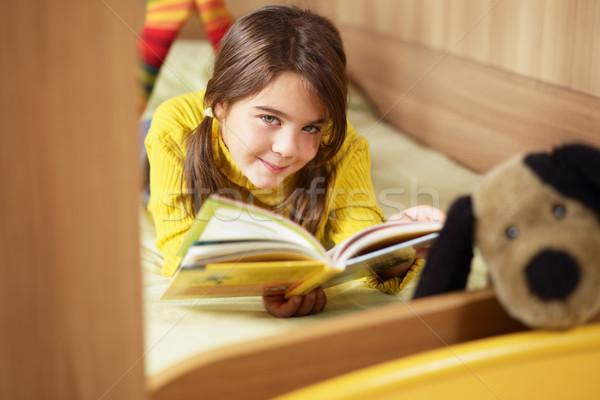 Kız okuma kitap yatak köpek çocuklar Stok fotoğraf © diego_cervo