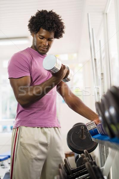Stok fotoğraf: Genç · siyah · adam · ağırlıklar · raf · spor · salonu