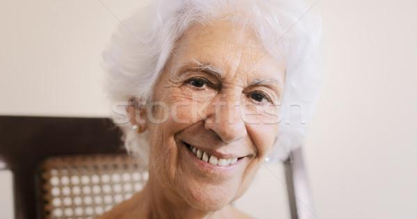 Oude dame ontspannen schommelstoel home portret Stockfoto © diego_cervo