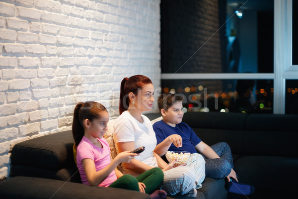 мать-одиночка детей смотрят телевизор ночь фильма Сток-фото © diego_cervo