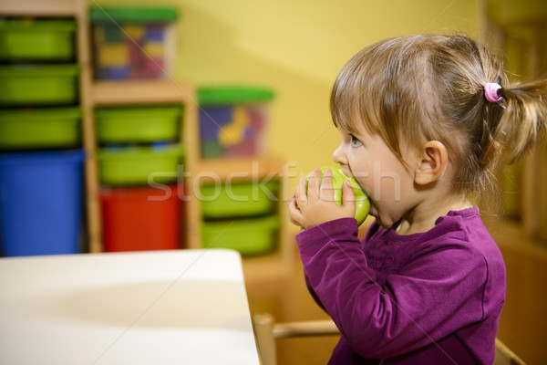 Zdjęcia stock: Kobiet · dziecko · jedzenie · zielone · jabłko · przedszkole