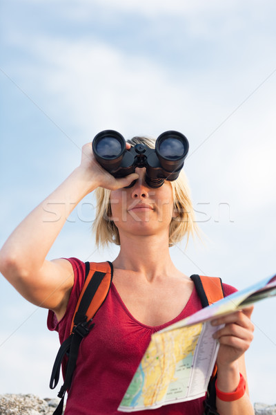 Femme randonnée jeunes femme blonde regarder jumelles Photo stock © diego_cervo