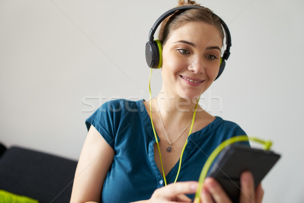 Mulher verde podcast música telefone Foto stock © diego_cervo