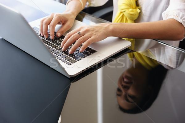 Mujer de negocios sonriendo escribiendo oficina ordenador portátil primer plano Foto stock © diego_cervo