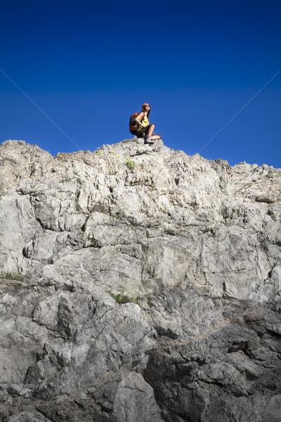 Zdjęcia stock: Turystyka · młoda · kobieta · górę · górskich · niebo