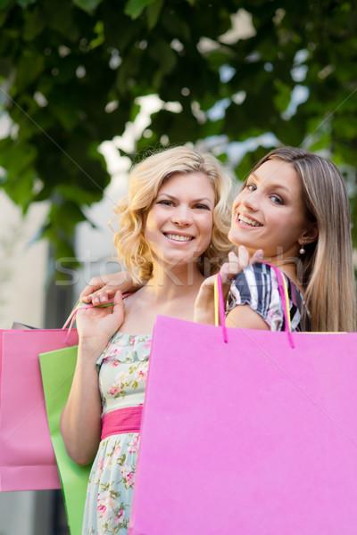ストックフォト: 2 · 女性 · 友達 · 笑みを浮かべて · ショッピングバッグ · 肖像