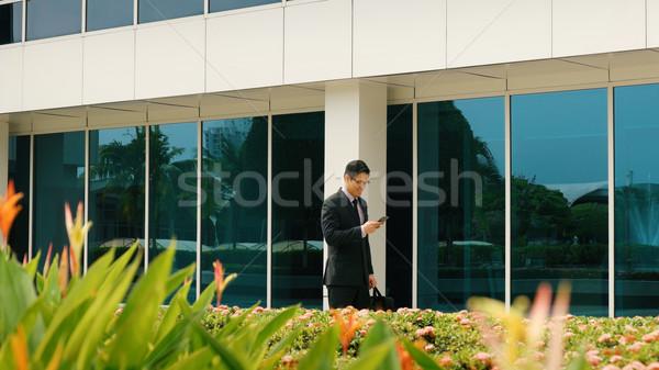 Foto stock: Empresário · telefone · móvel · caminhada · escritório · jovem