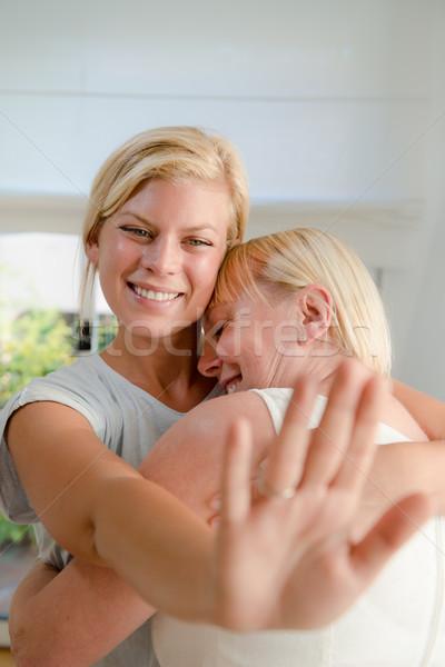 Stockfoto: Jonge · gelukkig · vrouw · tonen · trouwring · moeder