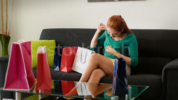 Meisje winkelen mode ketting sofa jonge Stockfoto © diego_cervo