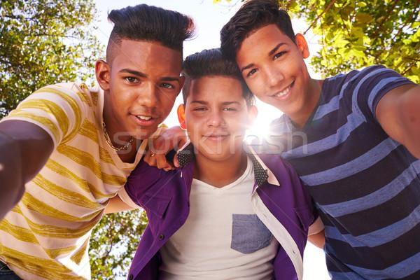 Groep tieners glimlachend camera Stockfoto © diego_cervo