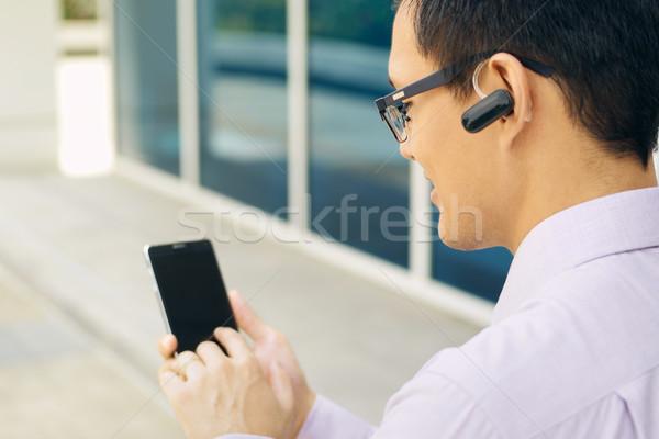 Affaires appelant téléphone portable bluetooth casque jeunes Photo stock © diego_cervo