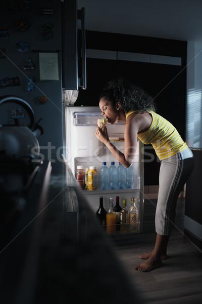Afroamerikai nő néz hűtőszekrény éjfél falatozó afroamerikai Stock fotó © diego_cervo